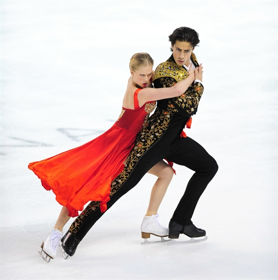 Kaitlyn Weaver and Andrew Poje of Waterloo, Ont. skate their short dance program.