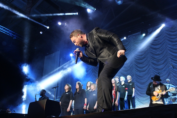 Brocklehurst Middle School choir students performing with Johnny Reid.