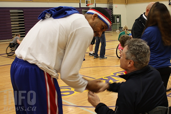 Harlem Globetrotter Zeus McClurkin with wheelchair athlete Joe Higgins.