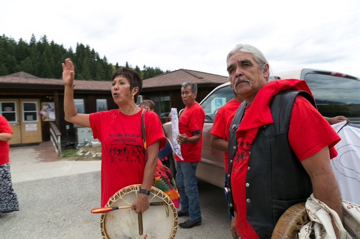 The Splatsin indian band increased pressure on band council to call off the vote on their ancestral burial site.