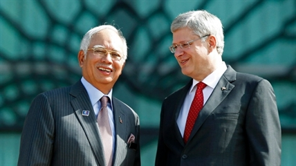 Prime Minister Stephen Harper, right, poses with his Malaysian counterpart Najib Razak.