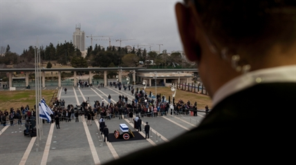 Israelis pass by the coffin of former Israeli Prime Minister Ariel Sharon at the Knesset plaza, in Jerusalem, on Jan. 12, 2014.